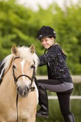 Ragazzina sale a cavallo