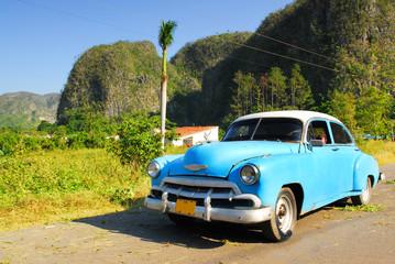 Tuinposter Oude auto s vintage oldtimer car in vinales, cuba