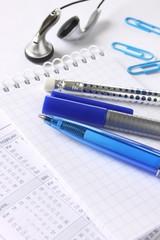 Kugelschreiber, Kopfhörer und Kalender