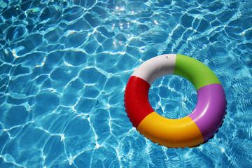 Jugete de Verano flotando en una piscina