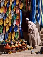 Fotobehang Marokko venditore di vasellame