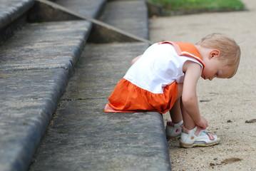 Kleinkind beim Schuhe anziehen