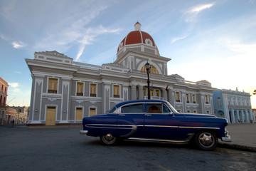 Foto op Aluminium Cubaanse oldtimers Auto Cienfuegos