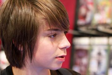 adolescent au rayon jeux vidéo 6