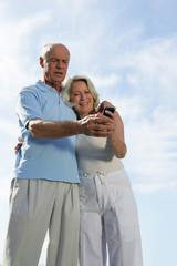 Couple de seniors avec téléphone portable