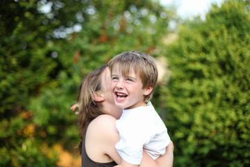 ausgelassener Junge mit Mutter