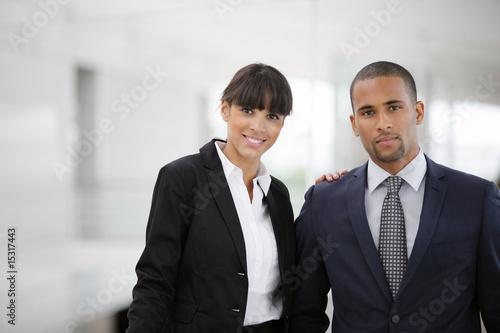 homme d 39 affaires en costume et d 39 une femme en tailleur souriants photo libre de droits sur la. Black Bedroom Furniture Sets. Home Design Ideas