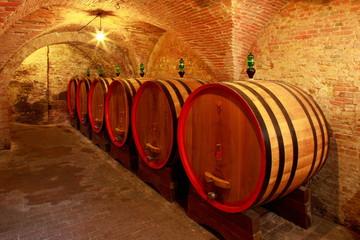 Wall Mural - Weinkeller, Eichenfässer mit Rotwein in einem Steinkeller