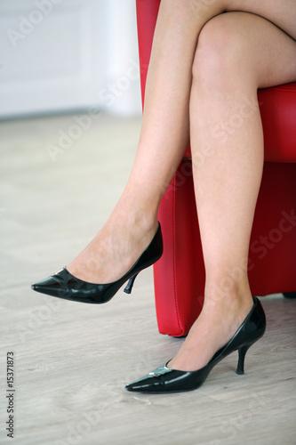 Jambes de femme avec chaussures talons assise sur un fauteuil photo libre de droits sur la - Photo jambe femme ...
