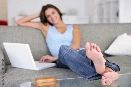 Quot Femme Assise Sur Un Canap 233 Devant Un Ordinateur Portable