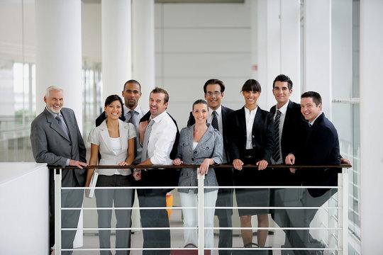 Groupe de commerciaux en réunion professionnelle