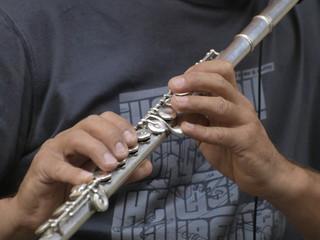 Tocando flauta travesera