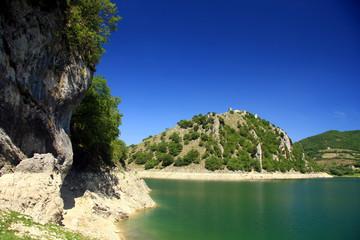 Il costone sulla spiaggia: Lago del Turano