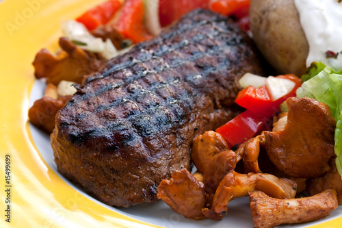 rumpsteak roastbeef gegrillt mit salat pfifferlingen stockfotos und lizenzfreie bilder auf. Black Bedroom Furniture Sets. Home Design Ideas