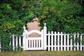 Weisser Gartenzaun mit Pforte