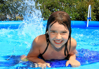 Fröhliches Kind im Pool