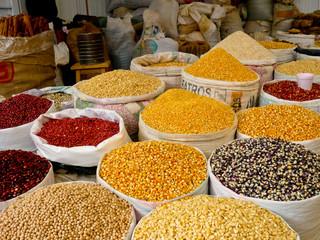 Markstand mit Mais und Bohnen