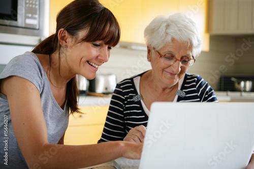 s nior devant un ordinateur portable pr s d 39 une femme souriante photo libre de droits sur la. Black Bedroom Furniture Sets. Home Design Ideas