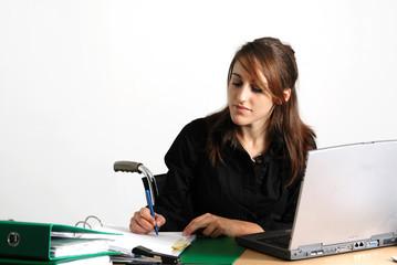 femme handicapé à son bureau