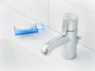 Waschbecken mit Seife und Bürste