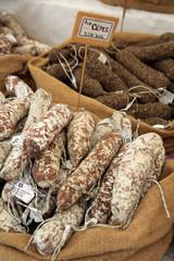 Saucissons aux cèpes, au marché