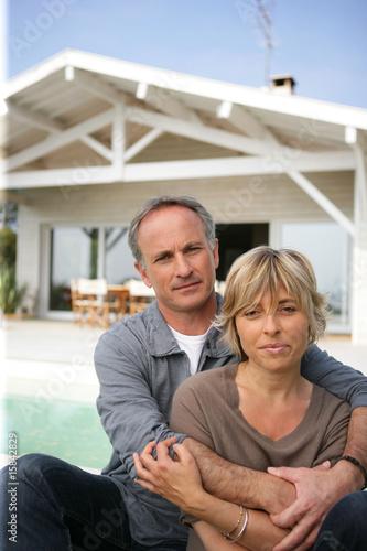 portrait d 39 un homme et d 39 une femme devant une maison photo libre de droits sur la banque d. Black Bedroom Furniture Sets. Home Design Ideas