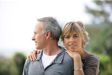 Portrait d'une femme près d'un homme regardant au loin