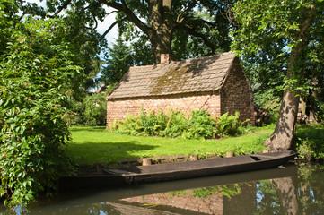 altes Backhaus auf einer Wiese im Spreewald