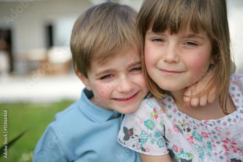 portrait d 39 un petit gar on et d 39 une petite fille souriants photo libre de droits sur la banque. Black Bedroom Furniture Sets. Home Design Ideas