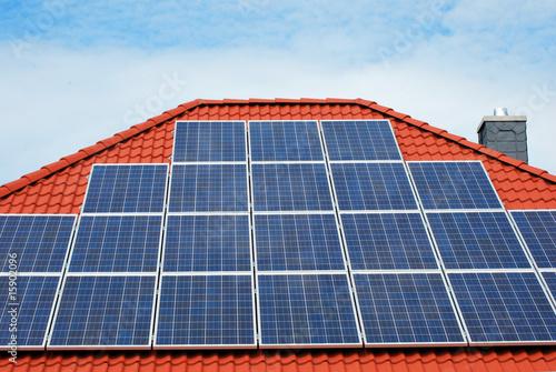 photovoltaikanlage auf einem bungalow dach stockfotos. Black Bedroom Furniture Sets. Home Design Ideas