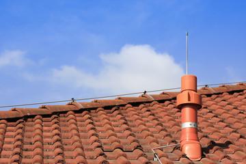 Abluftrohr auf einem Dach mit Blitzableiter