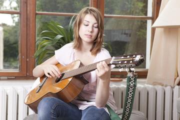 gitarre spielen mädchen