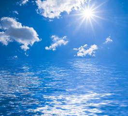 Sonne, Wolken, Wasser und blauer Himmel