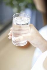 水を持つ女性
