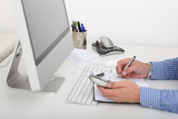 Büroszene, Schreibtisch und telefonieren