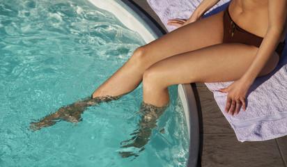 Junge Frau am Swimming Pool