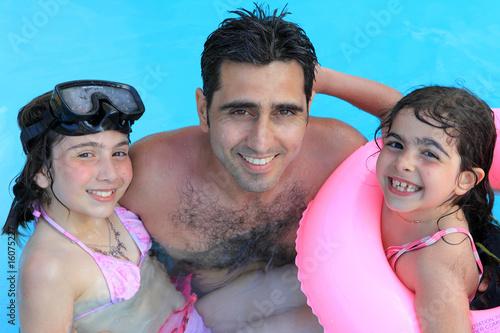 Papa avec ses deux filles la piscine photo libre de droits sur la banque d 39 images fotolia - Papa cochon a la piscine ...