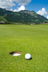Golfball vor Bergpanorama
