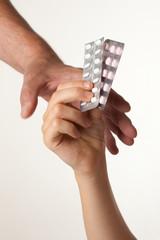 Kinderhand mit Tabletten