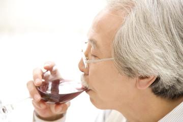 ワインを飲む老人