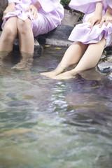 温泉に足をつけている女性