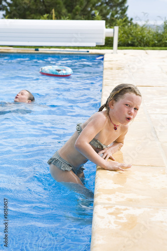 Petite fille sortant d 39 une piscine photo libre de droits for Nue a la piscine