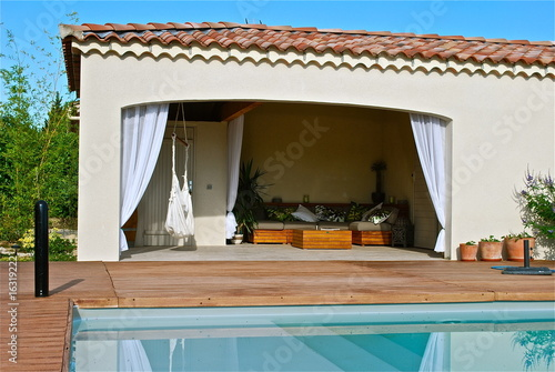 pool house mas provencal vue d 39 ensemble photo libre de droits sur la banque d 39 images fotolia. Black Bedroom Furniture Sets. Home Design Ideas