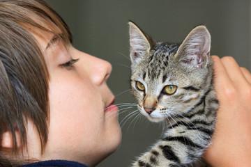 adolescent fier de son chaton