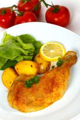 Hähnchen-Keule,gebraten mit Bratkartoffeln,Salat