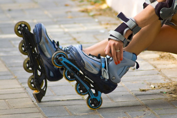 Woman hand on a rollerblades
