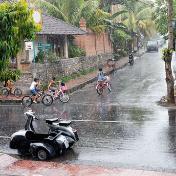 Straßenszene im Monsunregen auf Bali