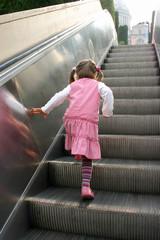 fillette dans l'escalator