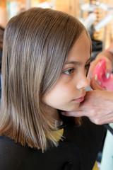 surveiller le travail de la coiffeuse
