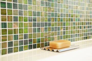 Seife auf Schale im Badezimmer